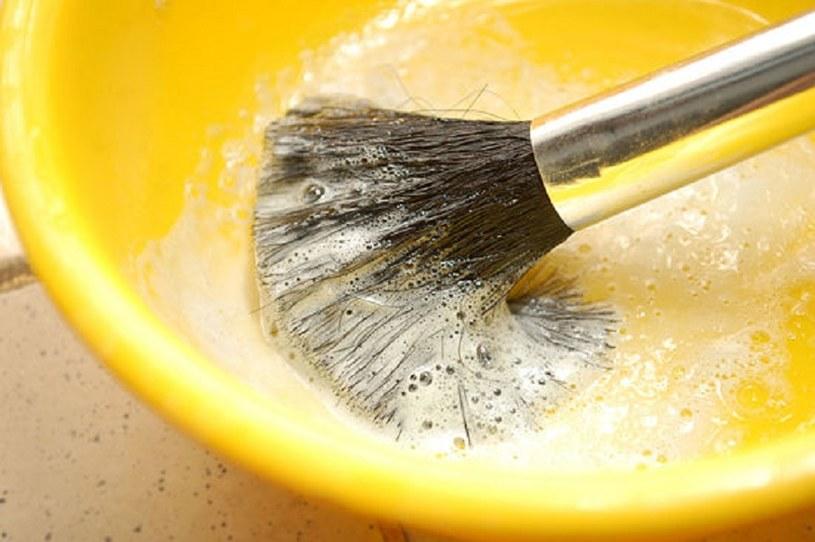 czyszczenie pędzli /© Photogenica