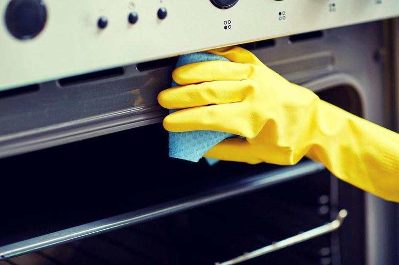 Czyszczenie piekarnik to zmora każdej gospodyni /123RF/PICSEL