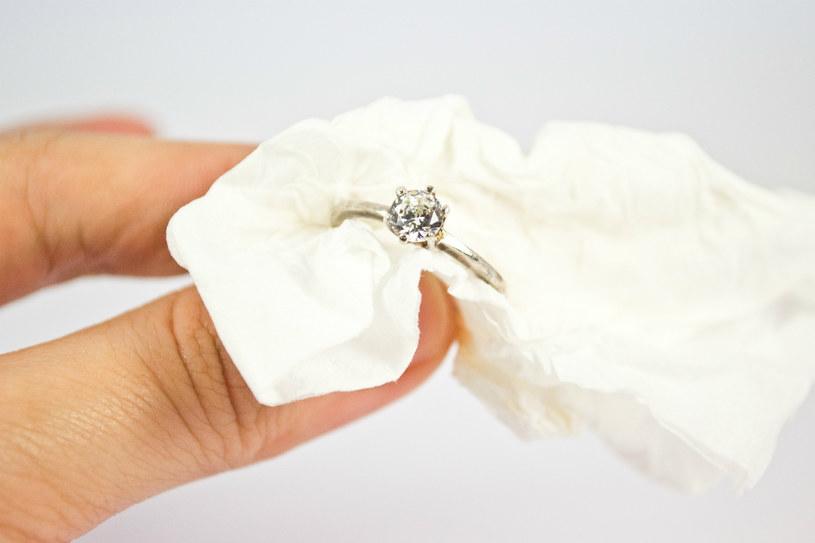 czyszczenie pierścieni /© Photogenica