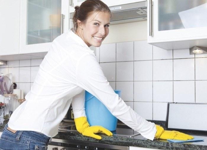 Czyszczenie płyty kuchenki elektrycznej /© Photogenica