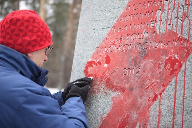 Czyszczenie pomnika w Bykowni /Furyk Nazar /East News