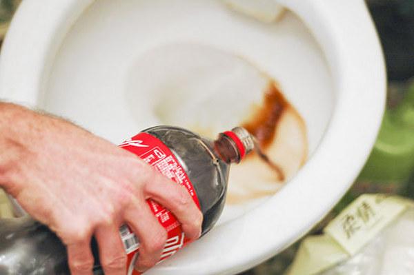 czyszczenie toalety colą /© Photogenica