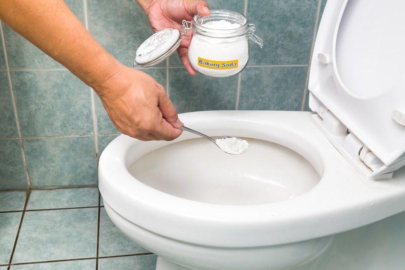 czyszczenie toalety sodą /© Photogenica