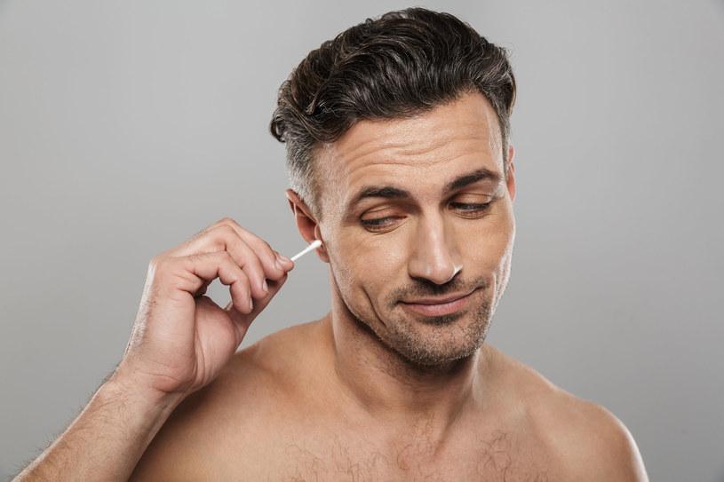 Czyszczenie uszu patyczkami jest bardzo niebezpieczne - przestrzegają lekarze /123RF/PICSEL
