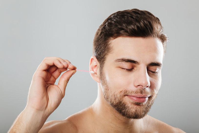 Czyszczenie uszu patyczkiem /©123RF/PICSEL