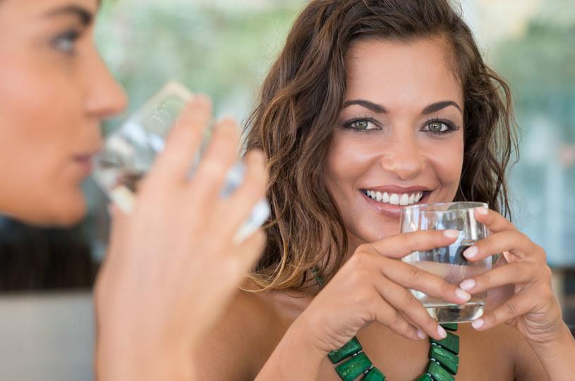 Czytaj etykietę przed kupnem wody mineralnej /123RF/PICSEL