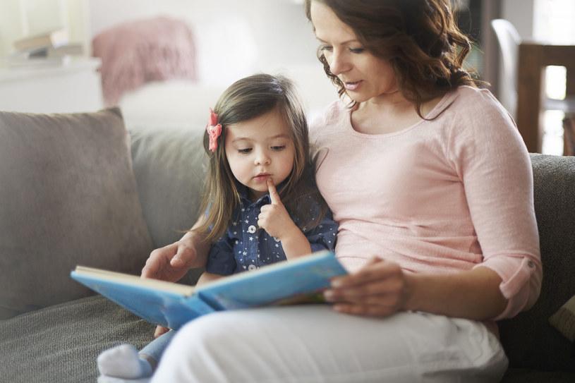 Czytanie dzieciom przynosi wiele korzyści /123RF/PICSEL