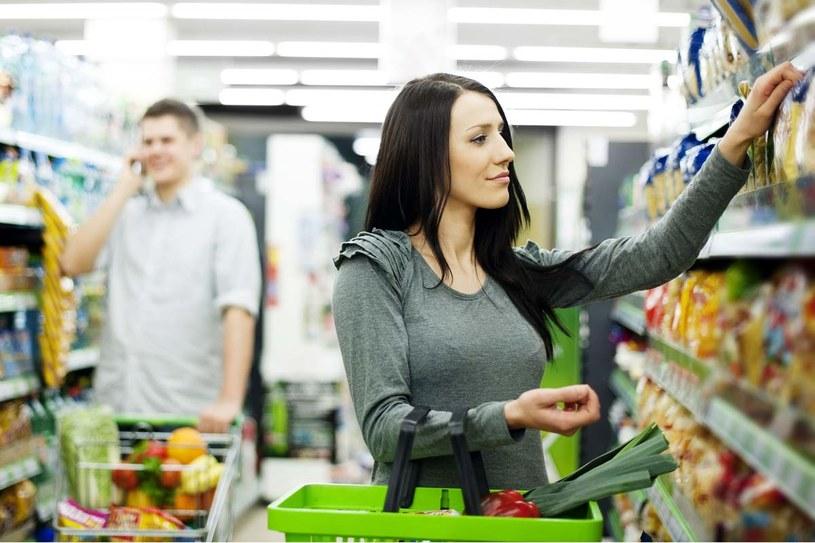"""Czytanie etykiet to podstawa """"zdrowych"""" zakupów /123RF/PICSEL"""