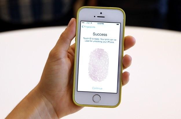 Czytnik linii papilarnych w iPhone 5s /AFP