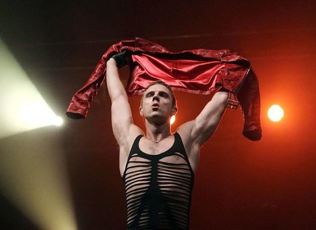 Czyżby Jake Shears wiedział, jak czerwień działa na kobiety? /Getty Images/Flash Press Media