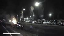 Dachowanie i pożar samochodu. Świadek zdarzenia uratował nietrzeźwego kierowcę