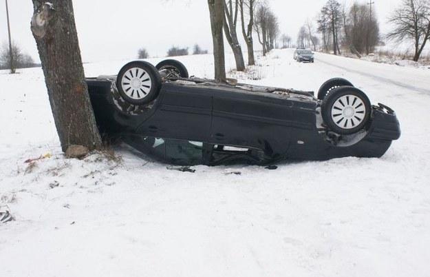 Dachujący mercedes /KWP Białystok