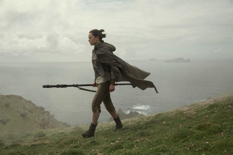 """Daisy Ridley w scenie z """"Gwiezdnych wojen: Ostatniego Jedi"""" /materiały dystrybutora"""