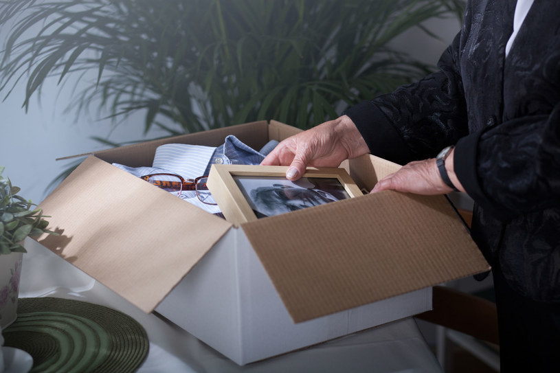 Daj sobie czas na obejrzenie każdej fotografii, notatek, osobistych drobiazgów i ubrań /123RF/PICSEL