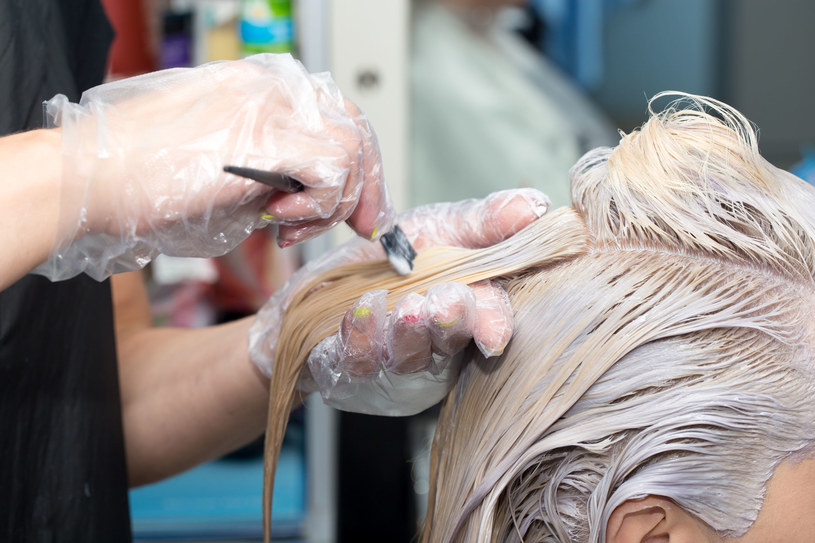 Daj swoim włosom odpocząć od częstej koloryzacji /123RF/PICSEL