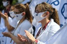 """""""Dajcie szansę pacjentom, nie związujcie rąk medykom"""". Protest w Warszawie"""