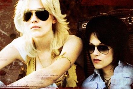 "Dakota Fannin (L) i Kristen Stewart (P) w ""The Runaways"" /materiały prasowe"