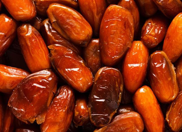 Daktyle są dobrym źródłem błonnika rozpuszczalnego i nierozpuszczalnego, który jest kluczowy dla wsparcia układu pokarmowego /Picsel /123RF/PICSEL