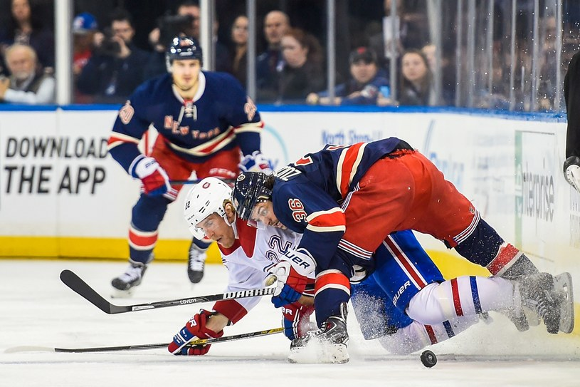Dale Weise z Montreal Canadiens i Mats Zuccarello #36 z New York Rangers /AFP