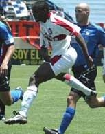 Damani Ralph zdobył gola i zaliczył dwie asysty dla Fire w meczu z Revolution /Chris Reiko
