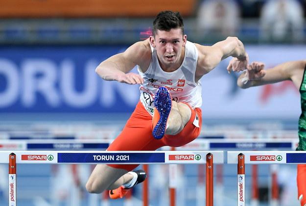 Damian Czykier w biegu kwalifikacyjnym na 60 m ppł podczas lekkoatletycznych halowych mistrzostw Europy w Toruniu / Adam Warżawa    /PAP