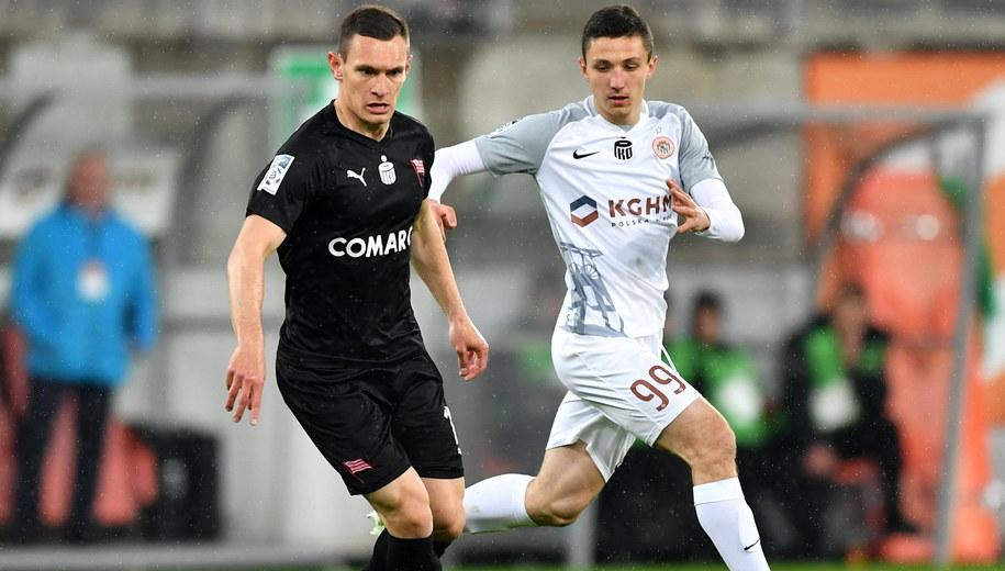 Damian Dąbrowski z Cracovii i piłkarz KGHM Zagłębia Lubin Bartosz Slisz. /Maciej Kulczyński /PAP