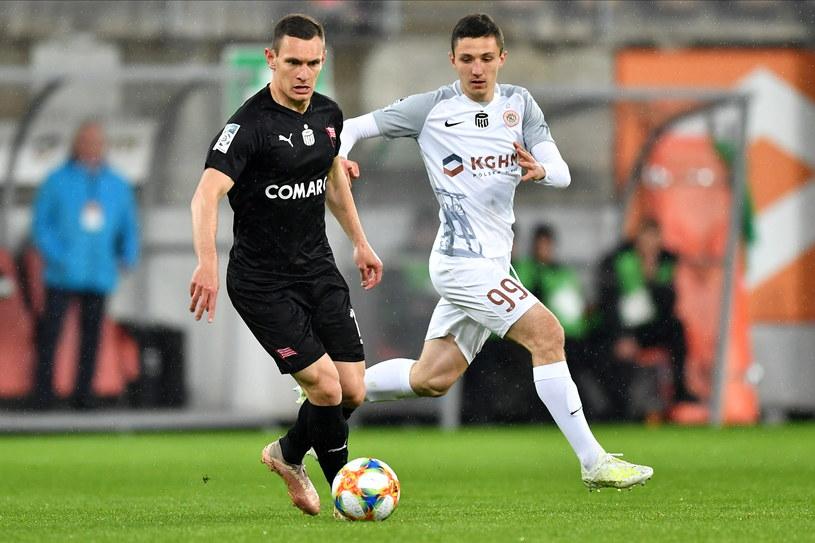 Damian Dąbrowski (z lewej) to jeden z nielicznych piłkarzy Cracovii, który wystąpił już w europejskich pucharach. Obok Bartosz Slisz / PAP/Maciej Kulczyński /PAP