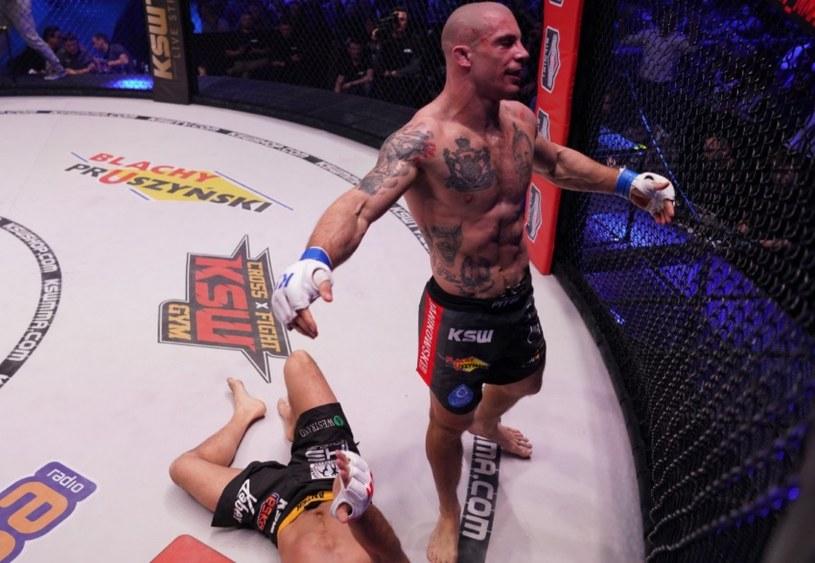 Damian Janikowski (z prawej) zdemolował Antoniego Chmielewskiego /Twitter/@KSW_MMA /