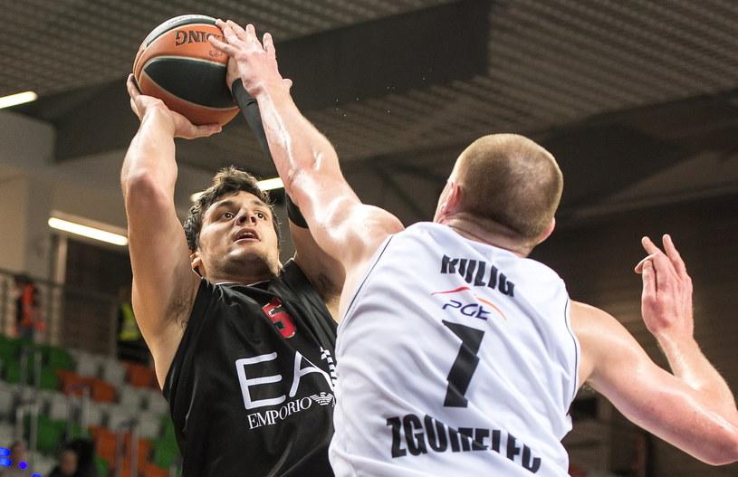Damian Kulig blokuje Alessandro Gentile /Fot. Maciej Kulczyński /PAP