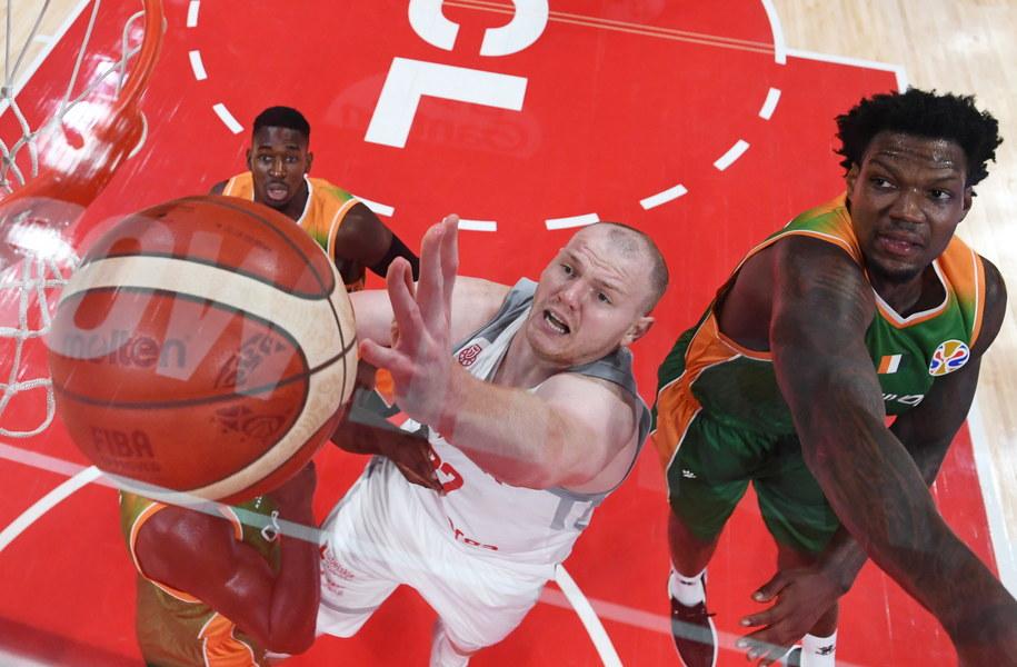 Damian Kulig walczący o punkty z zawodnikami Wybrzeża Kości Słoniowej /GREG BAKER / POOL /PAP/EPA