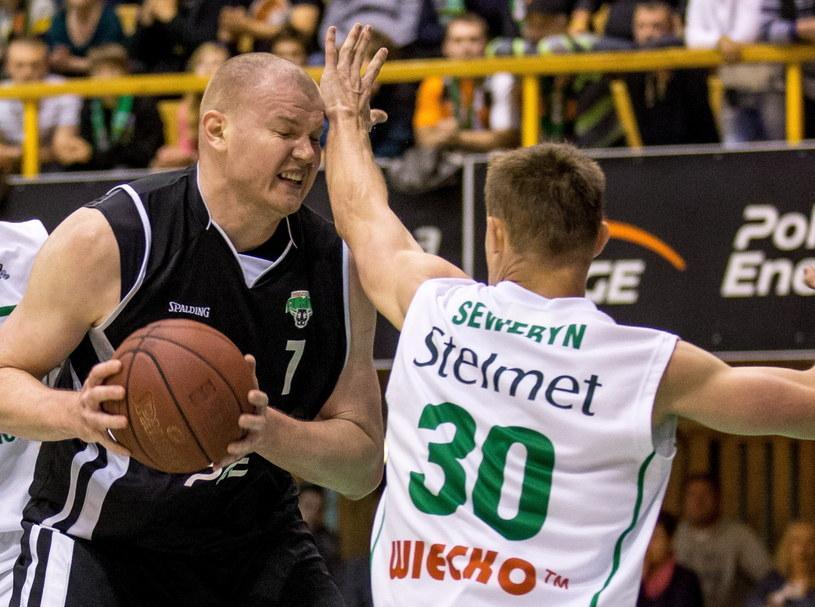 Damian Kulig z PGE Turowa blokowany przez Łukasza Seweryna ze Stelmetu Zielona Góra / fot. Maciej Kulczyński /PAP