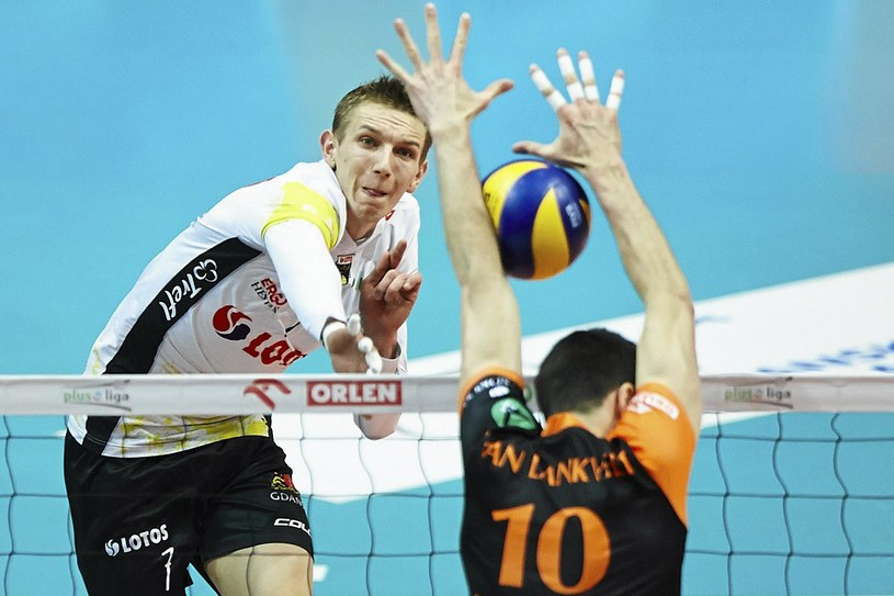 Damian Schulz (z lewej) w ataku /Jan Rusek /