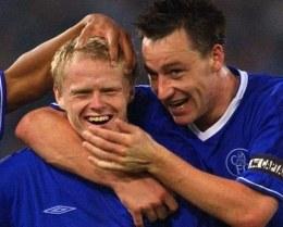 Damien Duff w objęciach kolegów. Chelsea-Norwich 4:0 /AFP
