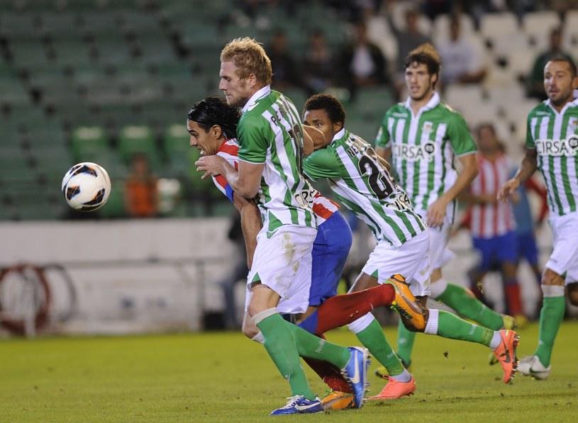 Damien Perquis (z lewej) powstrzymuje Radamela Falcao. /AFP