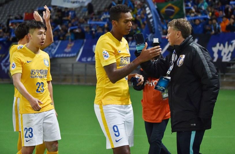 Dan Petrescu (z prawej) jako trener chińskiej drużyny Jiangsu Sainty /AFP
