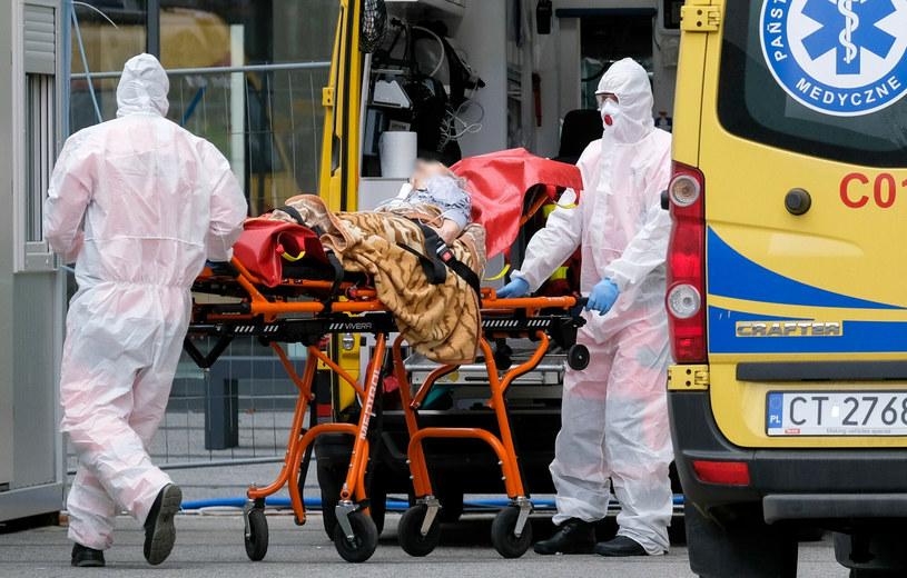 Dane z ostatnich dni wskazują na bardzo dużą liczbę zgonów z powodu COVID-19 /PAWEL SKRABA/AGENCJA SE/East News /East News