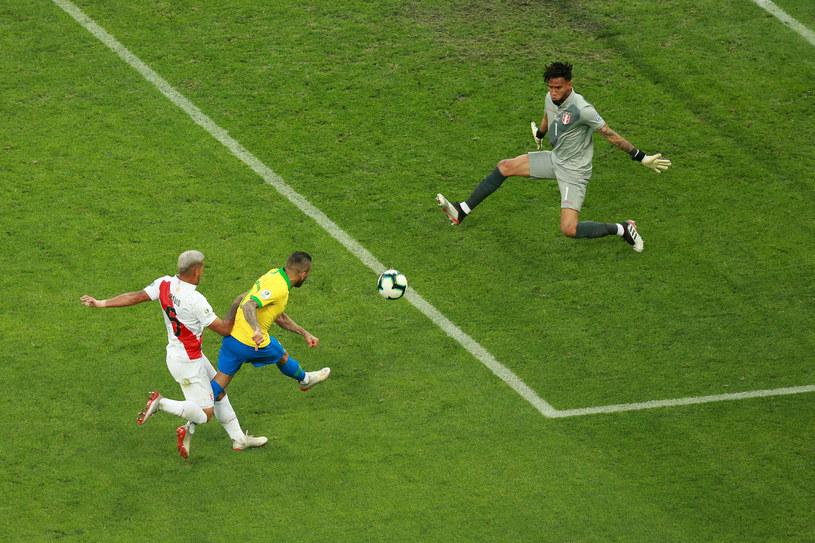 Dani Alves strzela gola dla Brazylii /Getty Images