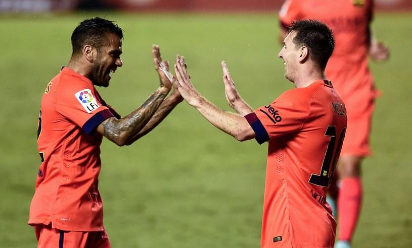 Dani Alves (z lewej) po zakończeniu sezonu odejdzie z Barcelony /AFP