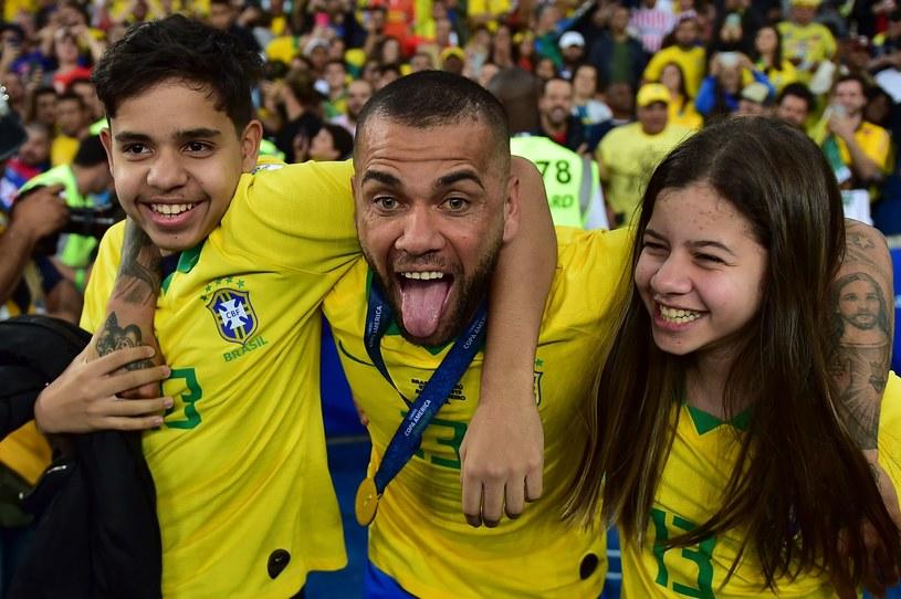 Dani Alves ze swoimi dziećmi. Ma powody do zadowolenia. /AFP
