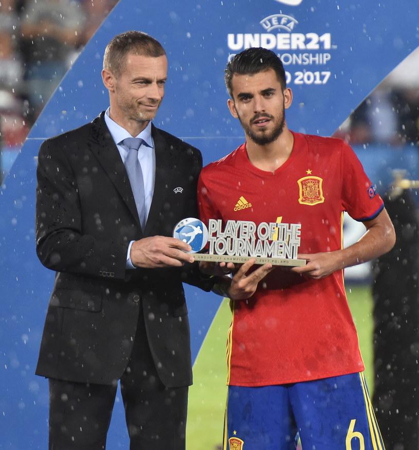 Dani Ceballos (P) ze statuetką dla najlepszego zawodnika ME U21 /Jacek Bednarczyk /PAP