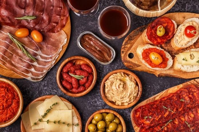 Dania mięsne są zwykle postrzegane jako bardziej sycące, dlatego mało kto wyobraża je sobie w formie przystawek /123RF/PICSEL