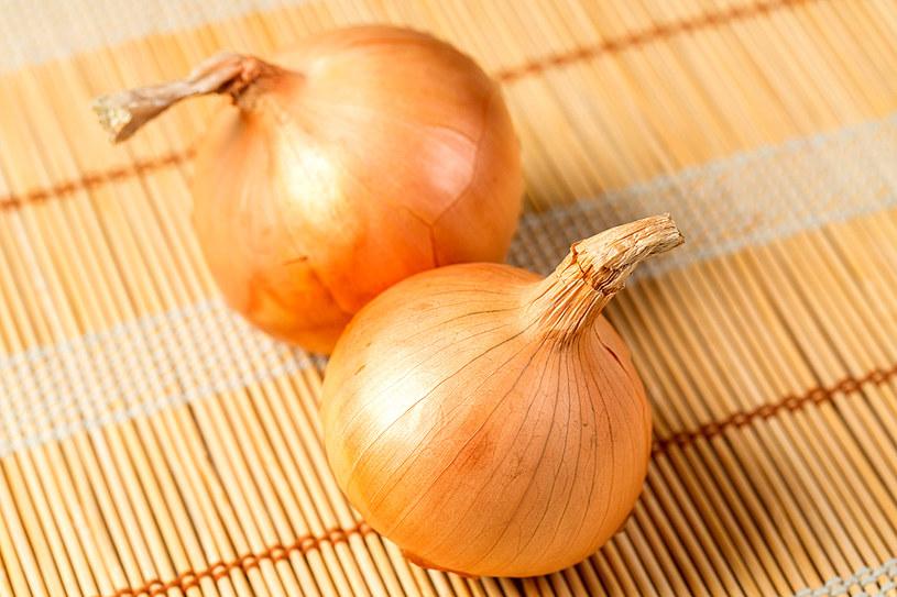 Dania z cebuli są idealnym pomysłem na chłodne, jesienne dni /123RF/PICSEL