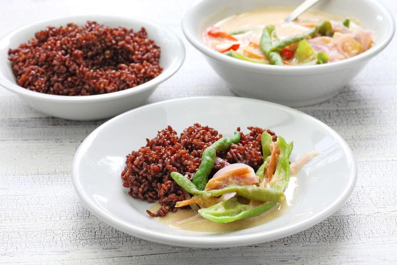 Danie z czerwonym ryżem /©123RF/PICSEL