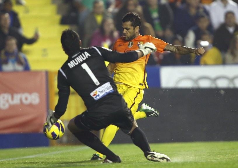 Daniel Alves w ataku na bramkę Levante /AFP