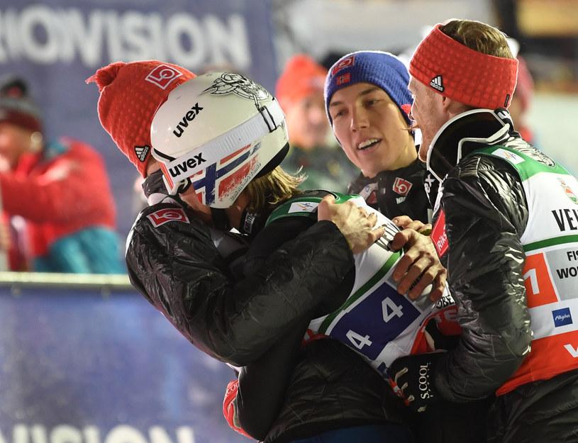 Daniel-Andre Tande (drugi z lewej) w objęciach kolegów po konkursie o mistrzostwo świata w Oberstdorfie w 2018 roku /AFP