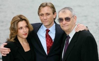 "Daniel Craig z producentami ""Casino Royale"", B. Broccoli i M. Wilsonem /AFP"