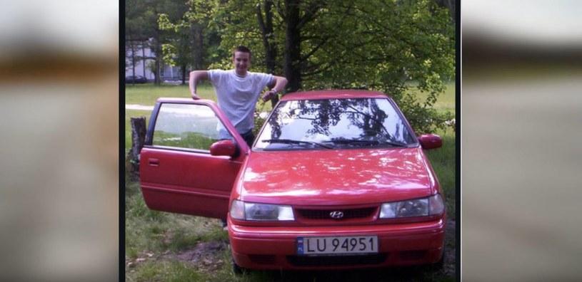 Daniel i jego pierwszy samochód - czerwony hyundai pony /archiwum prywatne