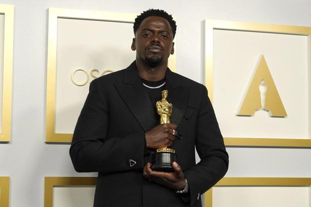 """Daniel Kaluuya z Oscarem za rolę w filmie """"Judas and the Black Messiah"""" /Chris Pizzelo-Pool /PAP/EPA"""