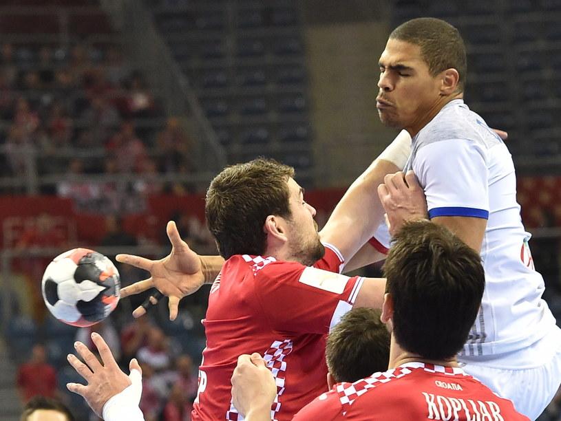 Daniel Narcisse (na biało) walczy z Chorwatami o piłkę /Jacek Bednarczyk /PAP