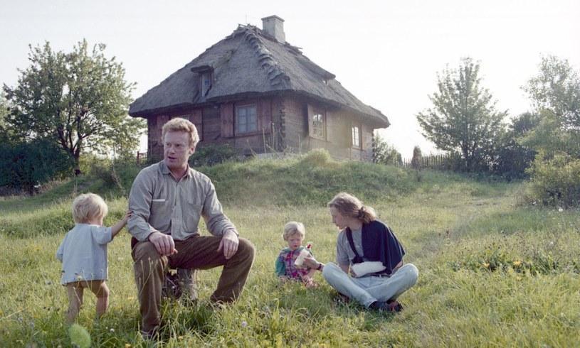 Daniel Olbrychski przed swoim domem w Mięćmierzu z synem Rafałem i wnukami, 1994 r. /Zenon Zyburtowicz /East News